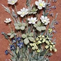 Blumen aus Quarz, Schiefer, Schwefel, Sodalith und Amethyst